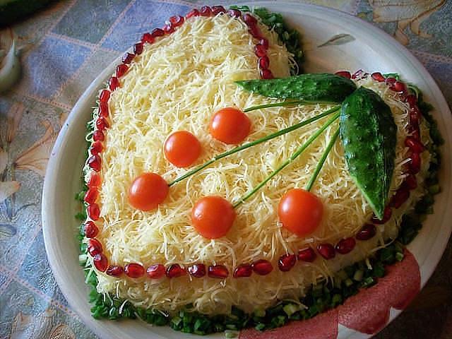 Слоеный салат из курицы с сыром «Восторг»