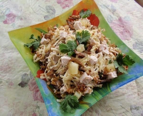 САЛАТ «СЫТЫЙ КУМ»  Салат на праздничный стол ! Очень вкусный, сытный и необычный!!!