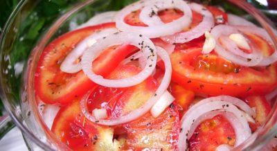 Очень вкусная закуска из помидоров и лука: весь секрет в маринаде