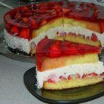 Клубничный торт с творожной прослойкой делаю каждые выходные. Не приедаются. Удачный рецепт.