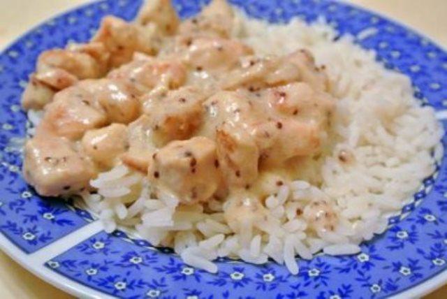 Курица в сметанно-горчичном соусе — просто бесподобный рецепт! Получается очень быстро, делается очень просто, а поедается моментально.