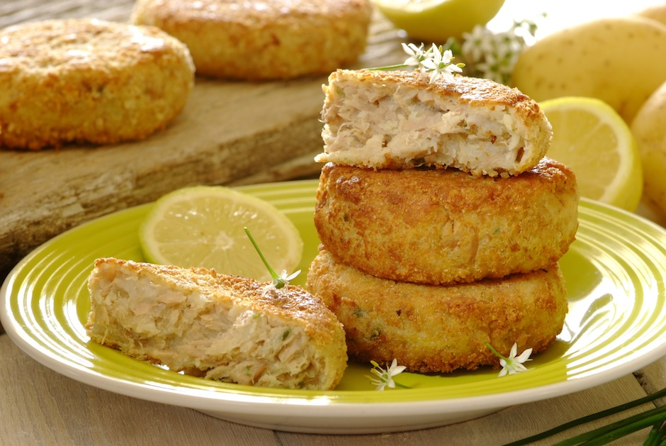 Прекрасная закуска, которая подойдёт и на каждый день, и для праздничного стола. Рыбные котлеты