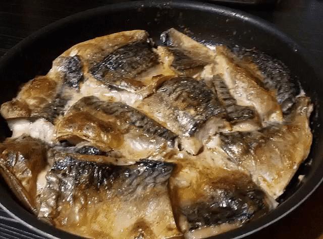 Потрясающе простой и вкусный рецепт скумбрии в духовке.