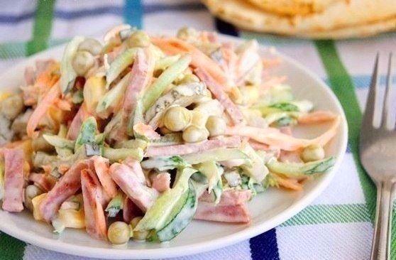 Очень простой и вкусный салатик который понравится абсолютно всем!