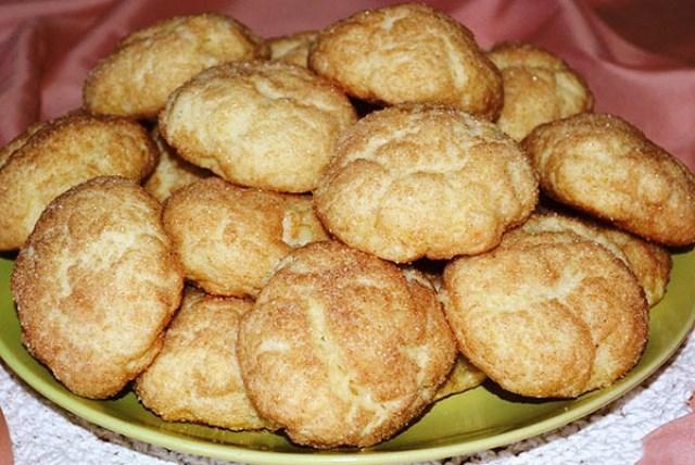 Творожное печенье с грушей. Нежный, тающий во рту десерт, с сочным ломтиком груши и сахарно-коричной посыпкой! Готовится печенье без яиц и сливочного масла.