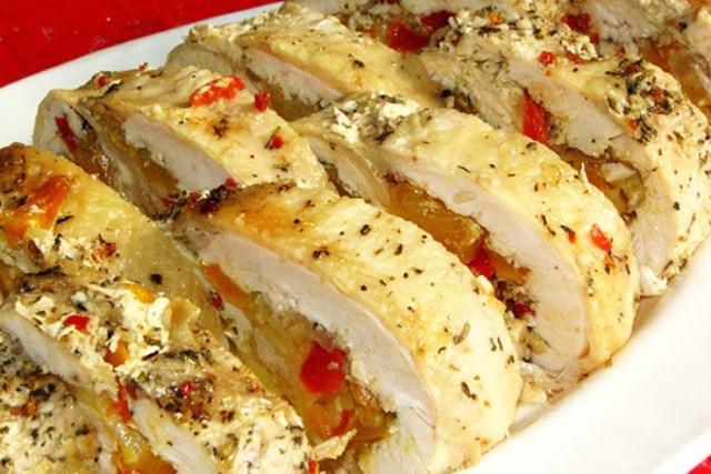 Запеченный куриный рулет, приготовленный по этому рецепту украсит любой, даже самый изысканный, праздничный стол.