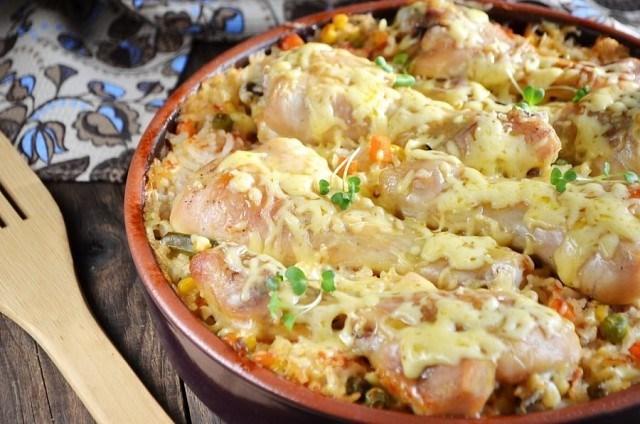 Куриные ножки, запеченные с рисом и овощами. Обалденная штука! Моя семья в восторге!