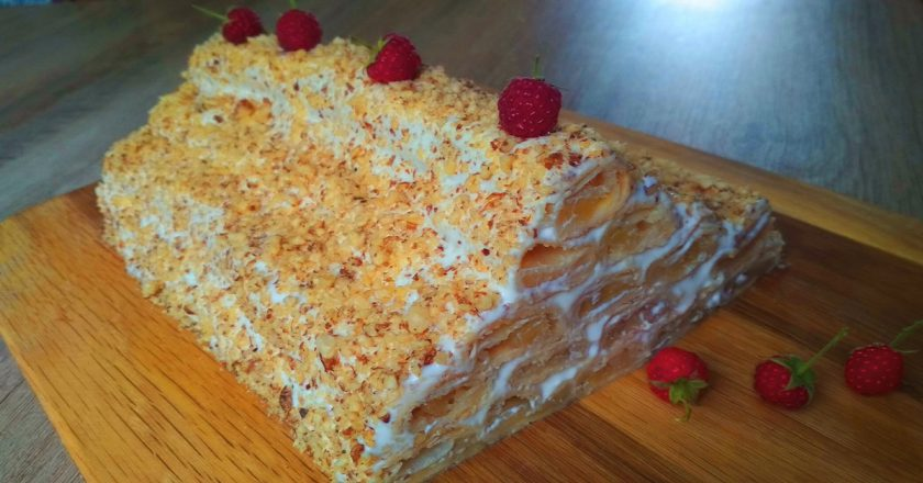 Торт «Яблочная избушка» со сметанным кремом: никто не уйдет из кухни, пока на тарелке еще хоть кусочек остался. А мне этот вариант больше нравится.
