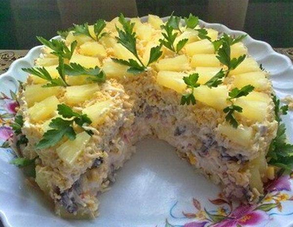 Этот торт-салат «Чародейка» станет украшением праздничного стола. А какой он вкусный, не передать словами!